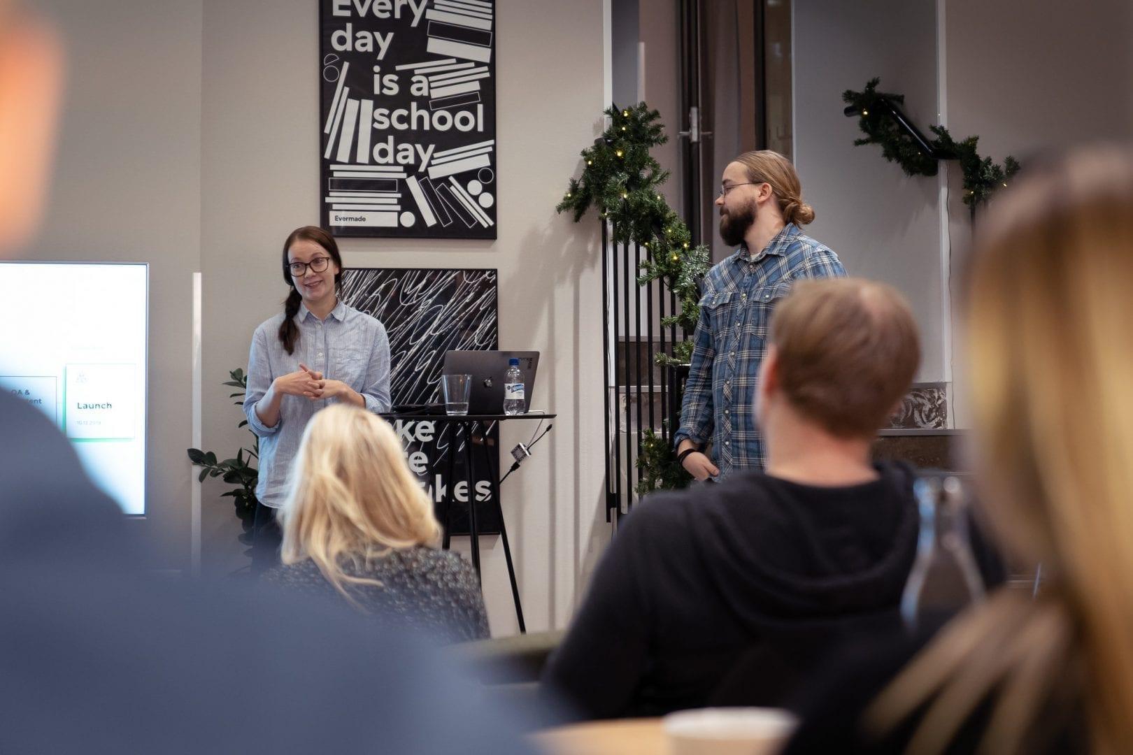 Jenni ja Ilmari pitämässä työpajaa verkkosivuston suunnittelusta