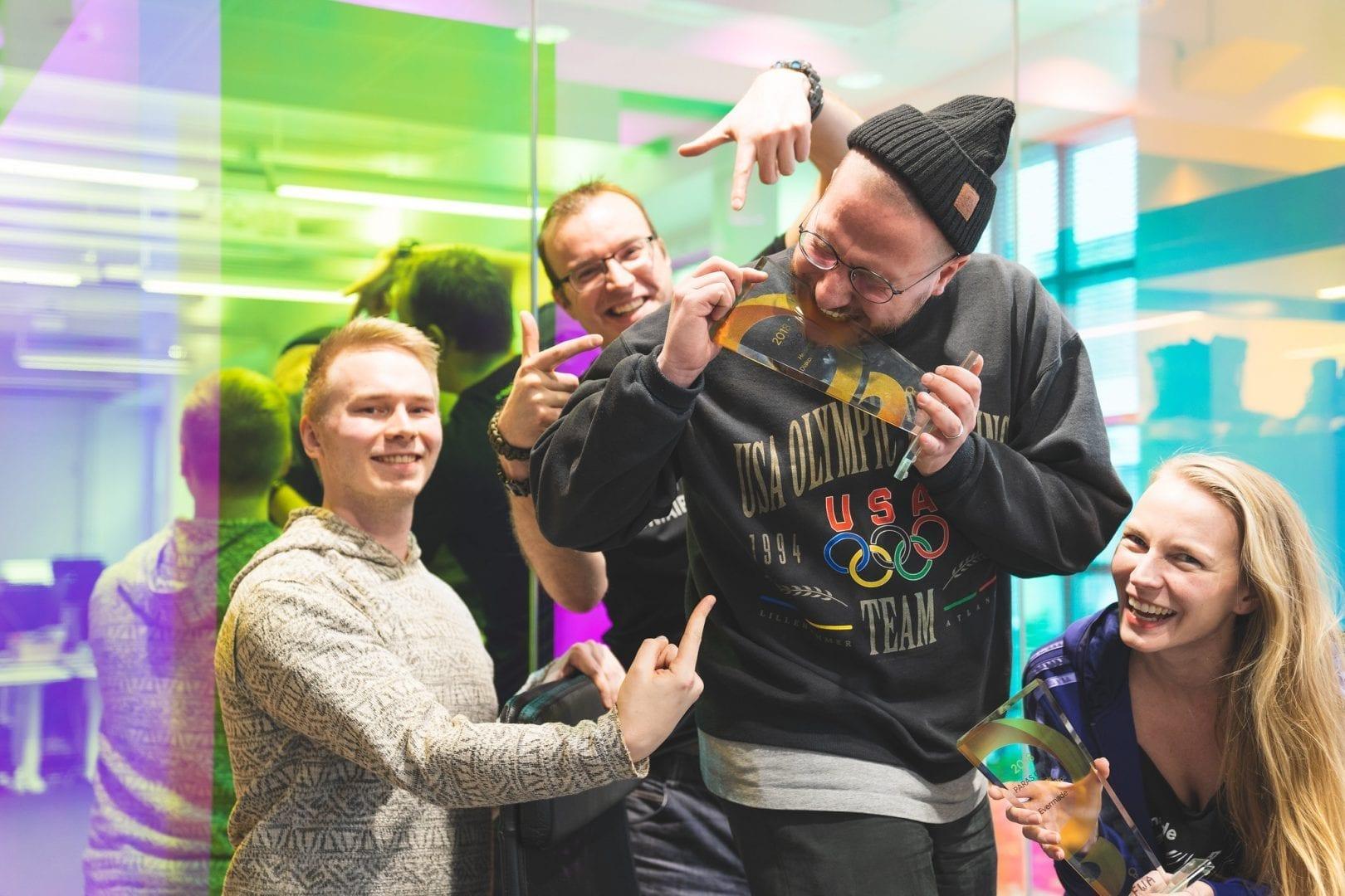 Evermadelaisia juhlistamassa FWA-kilpailun voittoa